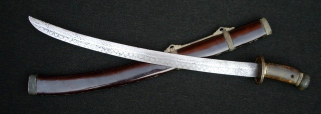 A Chinese short saber with horse-tooth-patterned blade