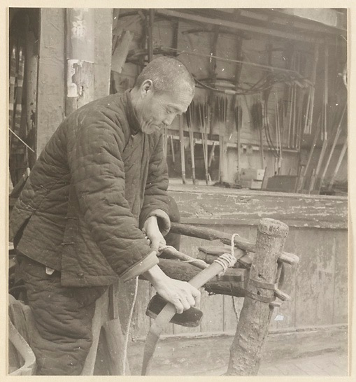 Yang Ruilin, grandfather of Yang Fuxi, current owner of Ju Yuan Hao, glueing the horn belly on a Manchu bow. In the background his story, with several pellet crossbows hanging on the wall. Photo by Hedda Morrison at Ju Yuan Hao, Beijing, 1935.